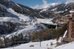 Soldeu, Canillo, Ανδόρα σε ένα πρωί φθινοπώρου στις πρώτες χιονοπτώσεις του της εποχής Μπορείτε να δείτε σχεδόν ολοκληρωμένος τις στοκ εικόνες