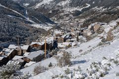 Soldeu, Canillo, Ανδόρα σε ένα πρωί φθινοπώρου στις πρώτες χιονοπτώσεις του της εποχής Μπορείτε να δείτε σχεδόν ολοκληρωμένος τις στοκ φωτογραφία με δικαίωμα ελεύθερης χρήσης