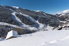 Soldeu, Canillo, Andorra en una mañana del otoño en sus primeras nevadas de la estación Usted puede ver casi terminó los trabajos imagen de archivo