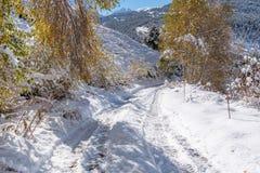 Soldeu, Canillo, Andorra op een de herfstochtend in zijn eerste sneeuwval van het seizoen U kunt zien bijna voltooid de werkzaamh royalty-vrije stock fotografie