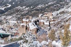 Soldeu, Canillo, Andorra op een de herfstochtend in zijn eerste sneeuwval van het seizoen U kunt zien bijna voltooid de werkzaamh stock foto's