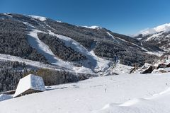 Soldeu Canillo, Andorra på en höstmorgon i dess första snöfall av säsongen Du kan se avslutade nästan arbetena av ten fotografering för bildbyråer