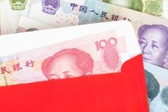 Soldi banconote di yuan di 100 o di cinese in busta rossa, come cinese Immagini Stock Libere da Diritti