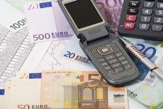 Soldi, calcolator, grafico e telefono mobile fotografia stock