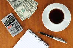 Soldi, calcolatore, blocchetto per appunti e penna Fotografie Stock