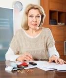 Soldi calcolatori della donna della donna di Eldery Fotografia Stock Libera da Diritti