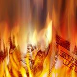Soldi che bruciano in fiamme Fotografia Stock Libera da Diritti