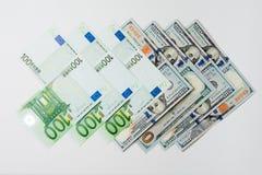 Soldi Soldi dai paesi differenti Concetto di spese di viaggio uncropped su fondo bianco fotografia stock