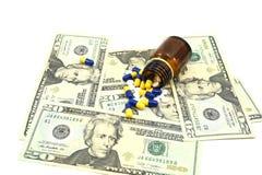 Soldi degli Stati Uniti e medicine, concetto di soldi nell'affare medico, 20 banconote in dollari con le medicine Fotografie Stock Libere da Diritti