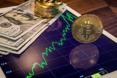 Soldi del dollaro americano, cryptocurrency Bitcoin sulla compressa Immagine Stock
