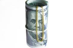 Soldi del rotolo delle banconote in dollari con la catena dell'oro Fotografia Stock