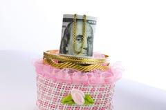 Soldi del rotolo delle banconote in dollari con oro Immagine Stock
