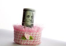 Soldi del rotolo delle banconote in dollari in scatola Fotografia Stock