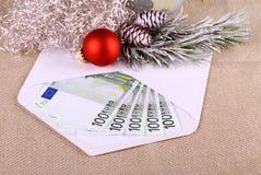 soldi dell'euro 500 in busta con il deco di Natale Fotografia Stock Libera da Diritti