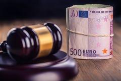 Soldi dell'euro e della giustizia Euro valuta Martelletto della corte ed euro banconote rotolate Rappresentazione di corruzione e immagine stock
