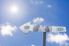 Soldi della freccia con cielo blu - concetto finanziario di direzione Fotografia Stock Libera da Diritti