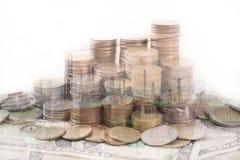 soldi della moneta del mucchio con finanza e il banki della costruzione delle banconote in dollari Fotografie Stock