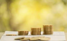 Soldi della moneta del mucchio con finanza ed attività bancarie del libro contabile Immagine Stock