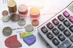 Soldi della moneta del mucchio con finanza del libro contabile ed il concetto di attività bancarie fotografia stock