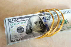 Soldi delle banconote in dollari con oro Immagine Stock Libera da Diritti