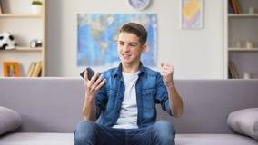 Soldi di conquista dell'adolescente emozionale nello sport che gioca, modulo di iscrizione online stock footage