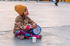 Soldi di conquista giocando tamburino Immagine Stock Libera da Diritti