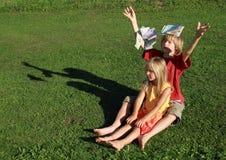 Soldi di lancio a piedi nudi della ragazza e del ragazzo Fotografie Stock Libere da Diritti