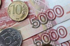Soldi di metallo russi, 10, 5, 2, 1 rublo su fondo di legno, concetto di povertà fotografia stock