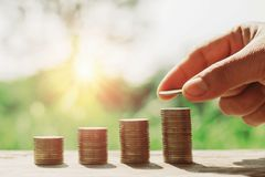soldi di risparmio di concetto con finanza e contabilità di affari Mano immagini stock