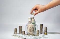 Soldi di risparmio di crescita di soldi della mano Monete superiori al concetto indicato dell'affare crescente immagine stock libera da diritti