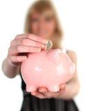 Soldi di risparmio della donna nella Banca piggy immagini stock libere da diritti