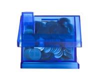 Soldi di risparmio nella banca blu della casa Fotografia Stock