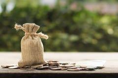 Soldi di risparmio per futuro, casa, automobile, istruzione, investimento, desce immagini stock