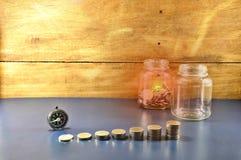 Soldi di risparmio per il invesment di busiiness - impili il bussine della crescita della moneta fotografie stock libere da diritti