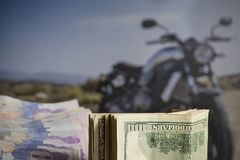 Soldi di risparmio per l'acquisto del motociclo immagine stock