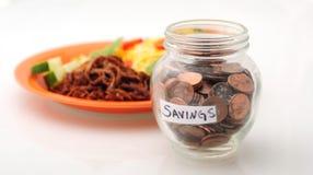 Soldi di risparmio su alimento Fotografia Stock Libera da Diritti