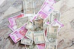 Soldi e banconote indiane, 500 rupie e 2.000 rupie Backgro fotografie stock libere da diritti