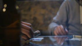 Soldi e cocaina di scambio del cliente e del trafficante di droga video d archivio