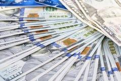 Soldi e concetto di finanze Abbondanza delle banconote degli Stati Uniti con plastica Fotografia Stock