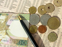 Soldi e giornale finanziario Immagini Stock