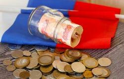 Soldi e la bandiera russa Fotografia Stock Libera da Diritti