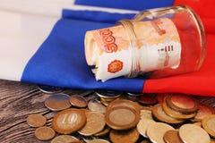 Soldi e la bandiera russa Fotografia Stock