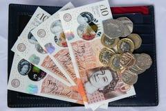 Soldi e monete inglesi in portafoglio di cuoio Immagini Stock