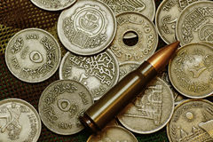 Soldi e munizioni Fotografie Stock Libere da Diritti