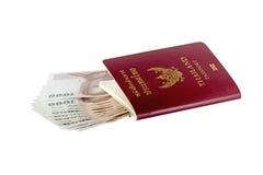 Soldi e passaporto tailandesi Fotografia Stock Libera da Diritti