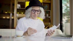 Soldi e pianificazione finanziaria, donna che controlla le fatture con il computer portatile archivi video