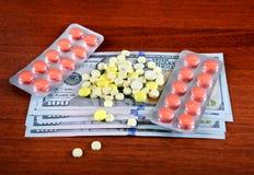 Soldi e rifornimenti medici Immagini Stock