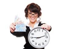 Soldi ed orologio della holding della giovane donna di smiley Fotografia Stock Libera da Diritti