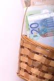 Soldi europei sul canestro di legno, dollari, euro Immagini Stock