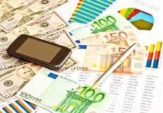 Soldi, grafici finanziari, telefono Fotografia Stock